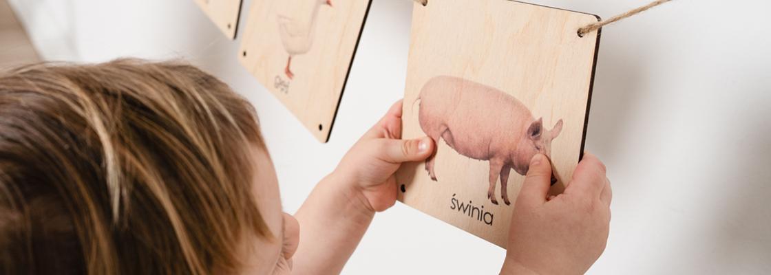 zabawa-z-drewnianymi-kartami-dla-dziecka-zwierzeta